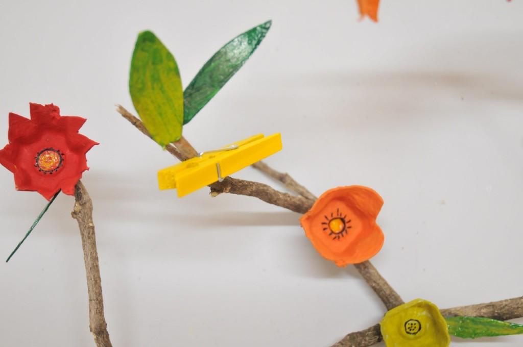diy avec les maternelles une branche fleurie en boite oeufs ritalechat. Black Bedroom Furniture Sets. Home Design Ideas