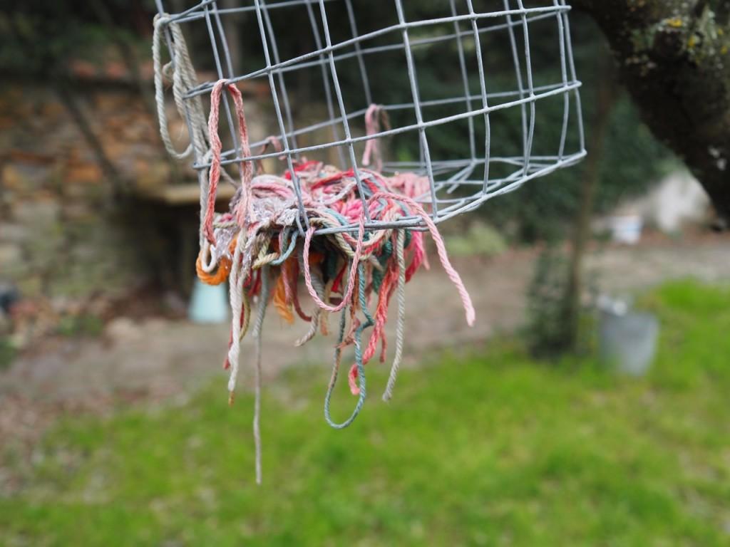 distributeur de laine pour oiseau